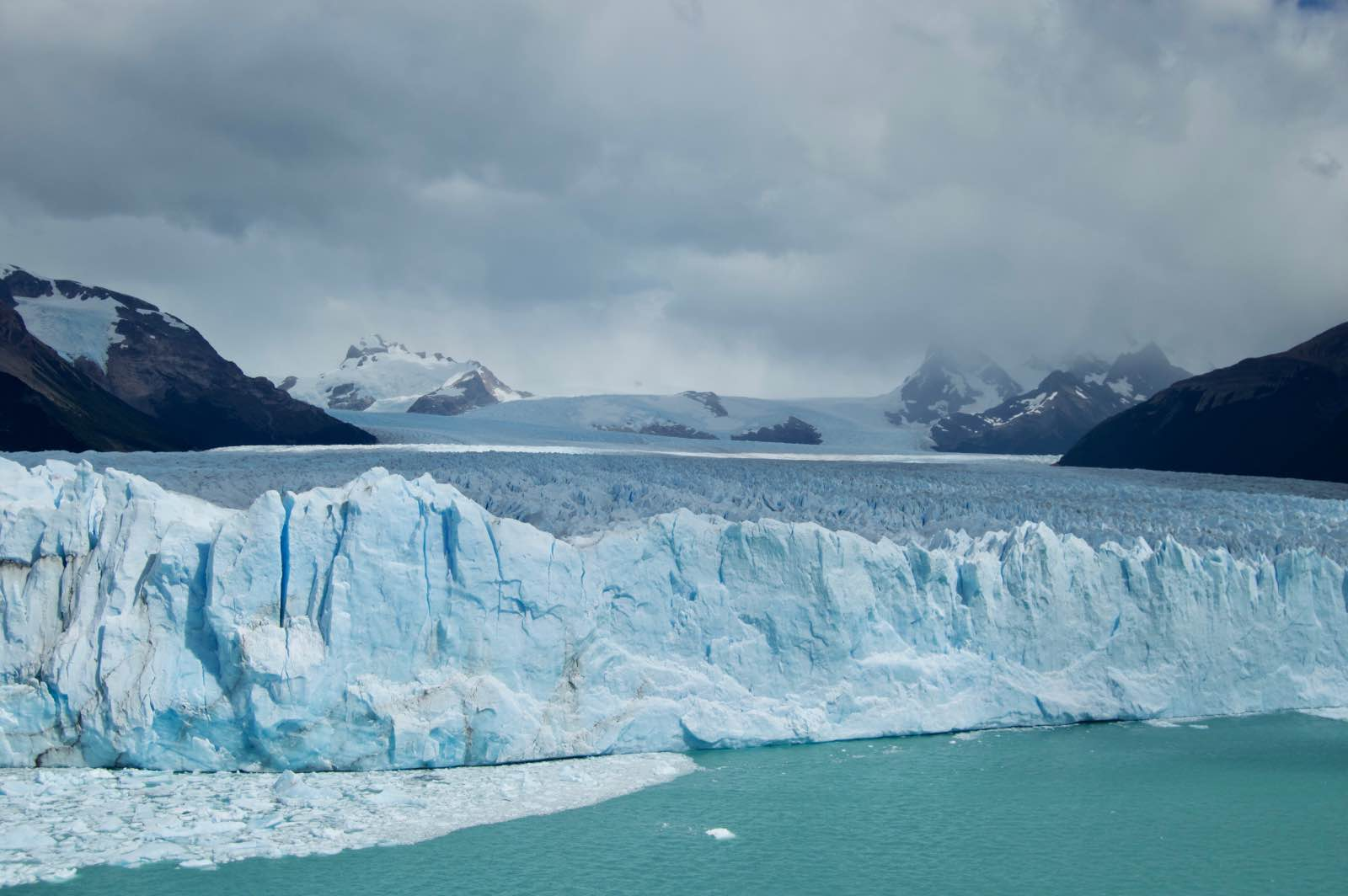 The expanse of Perito Moreno can not be seen from one place. It is 30km in length and only about 1km can be seen from the viewpoint