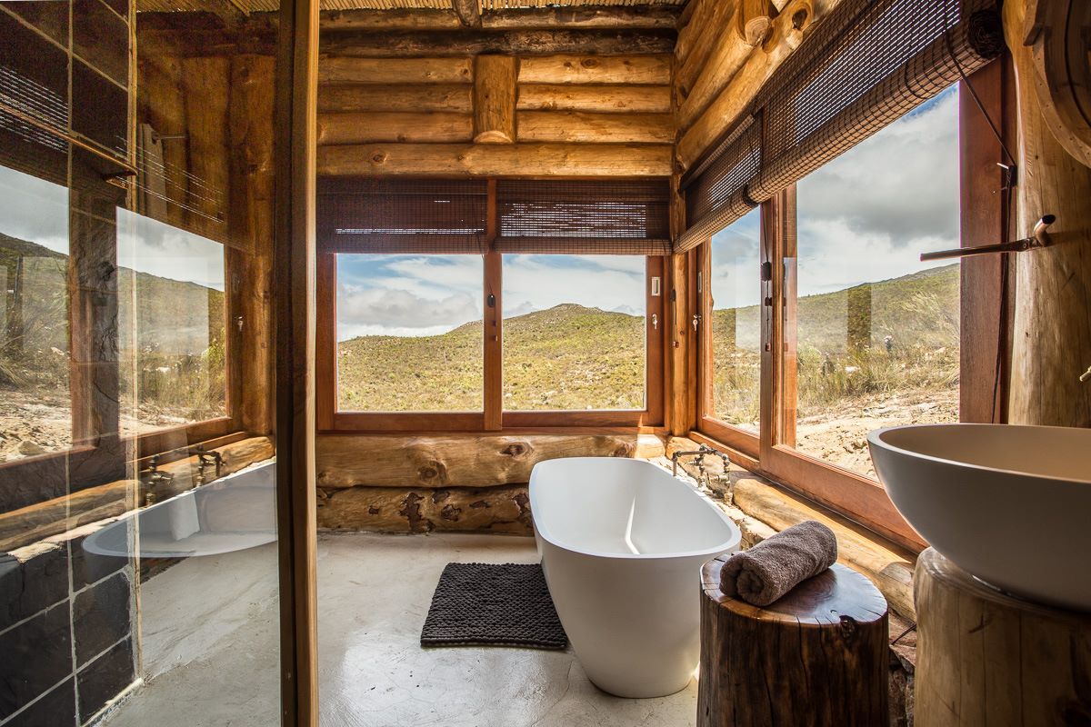 Bathroom with a view of the Kogelberg biosphere at Kolkol